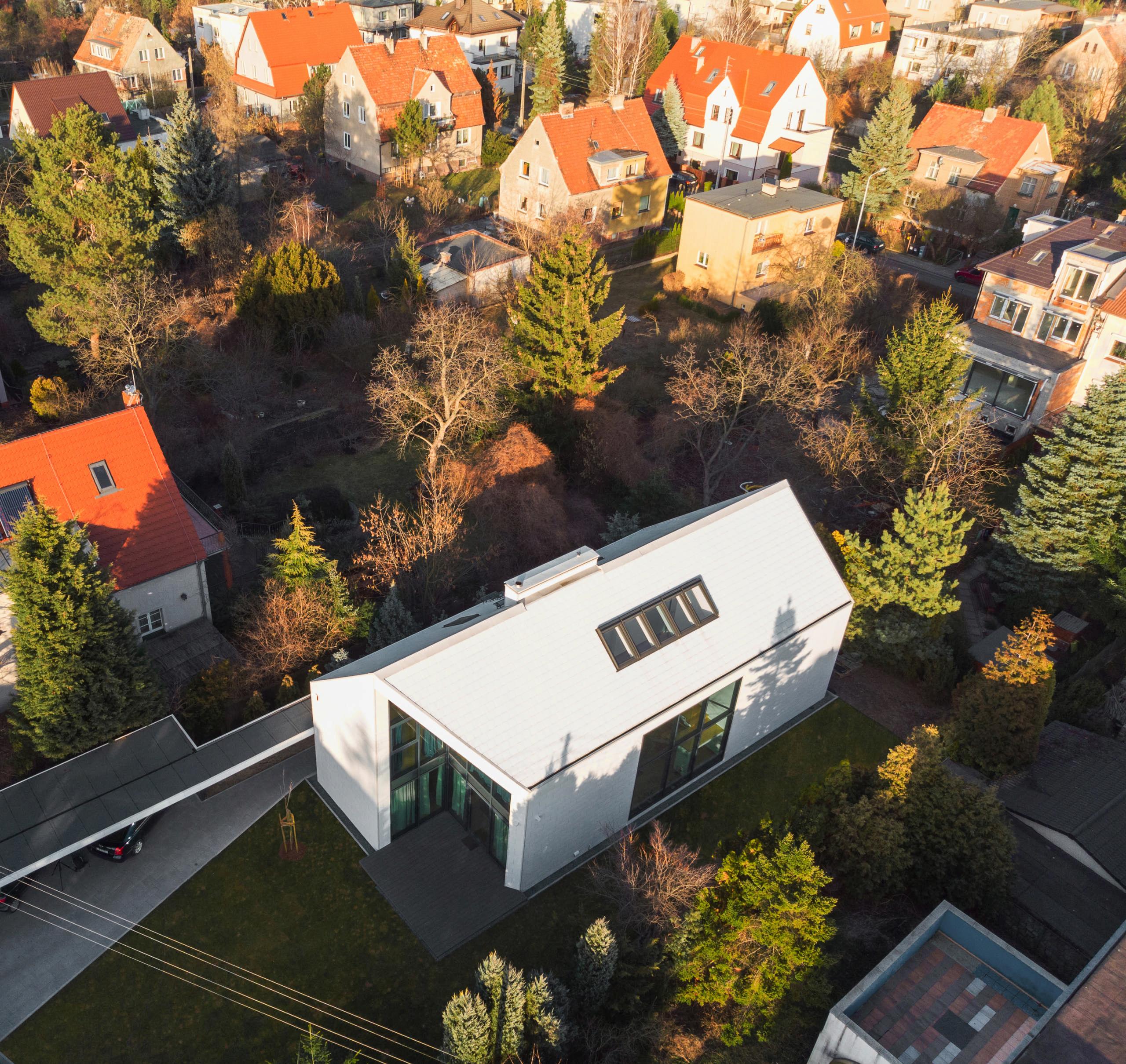 Płytka Cedral o powierzchni łupka w całości pokrywa elewację i dach domu, podkreślającjednolity charakter bryły